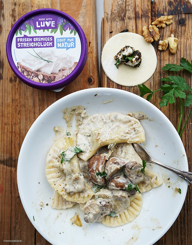 Selbstgemachte Ravioli mit einer pikanten Füllung und einer Estragon-Pilz-Sauce